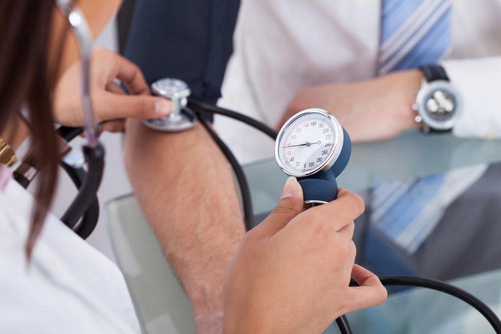 éles nyomáscsökkenés magas vérnyomás esetén)