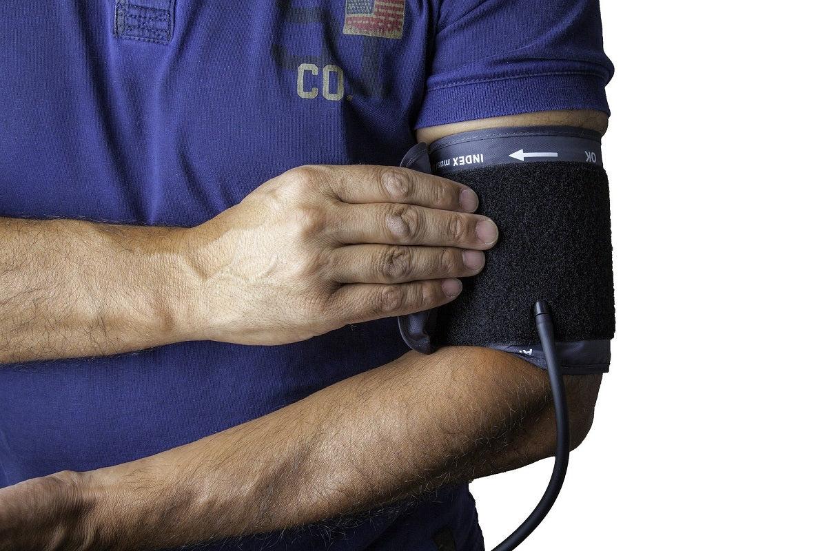 magas vérnyomás-rohamban szenvedő személy)