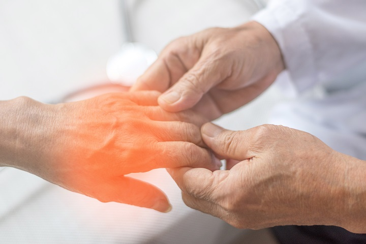kezei elzsibbadnak a magas vérnyomás miatt)