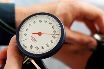 magas vérnyomással járó fejfájástól)