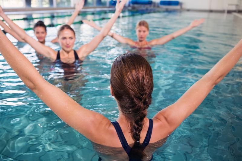 magas vérnyomás esetén úszhat a medencében